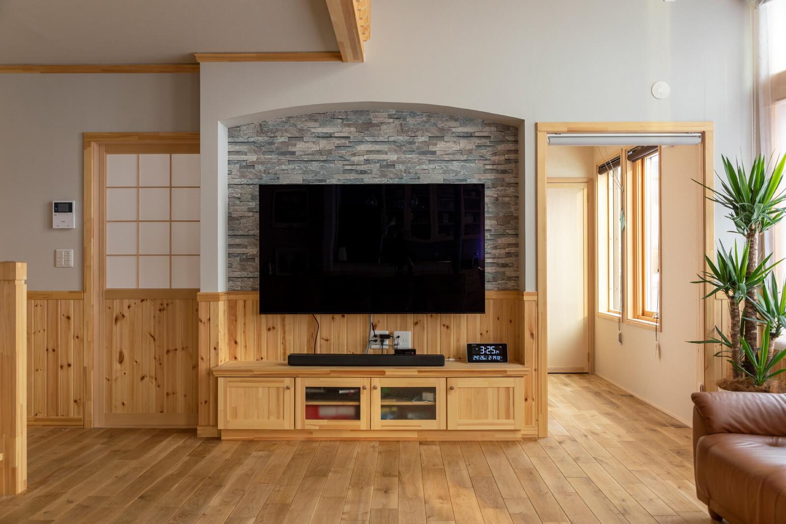 テレビ背面にはタイル調の壁紙を採用。裏側が和室となっている