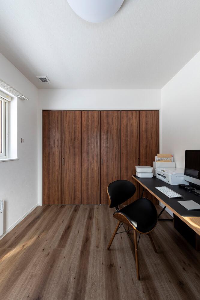 2階にある部屋の一室は、Hさんの書斎として活用。パソコンや周辺機器も卓上に収まるワイドなデスクを置いて、使い勝手のいいワークスペースになっている