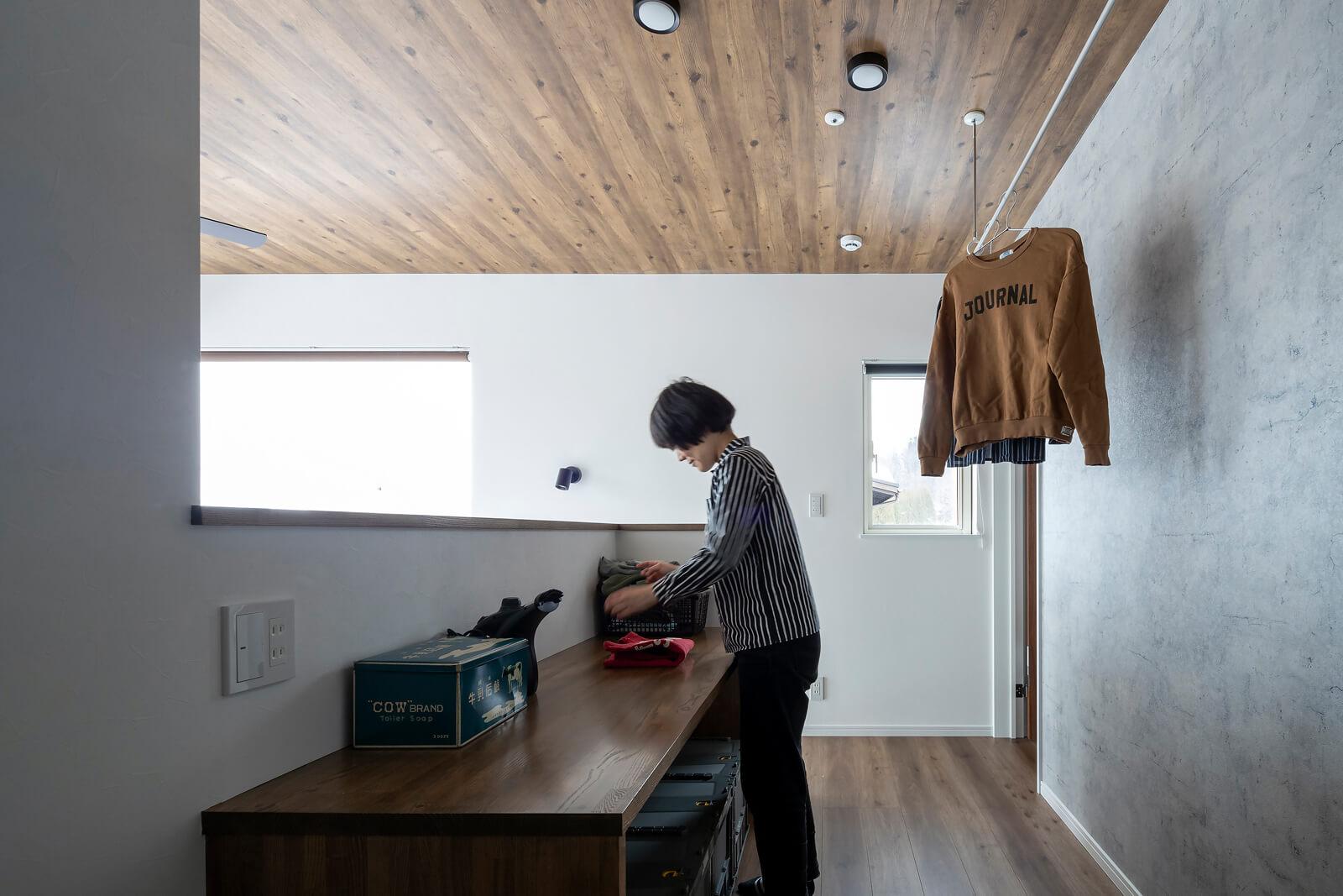 2階の廊下に造作したカウンターは、家事スペースとして大活躍。ホールは物干し場としても使える。「洗濯物もすぐ乾くし、ここで畳めてアイロンがけもできるので楽ですよ」と奥さん