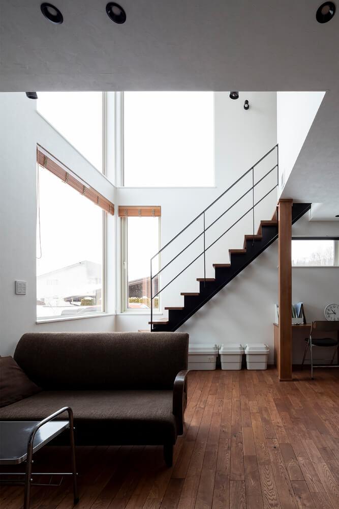 吹き抜けに大きな窓で快適な性能を保てるのは、高性能住宅だからこそ