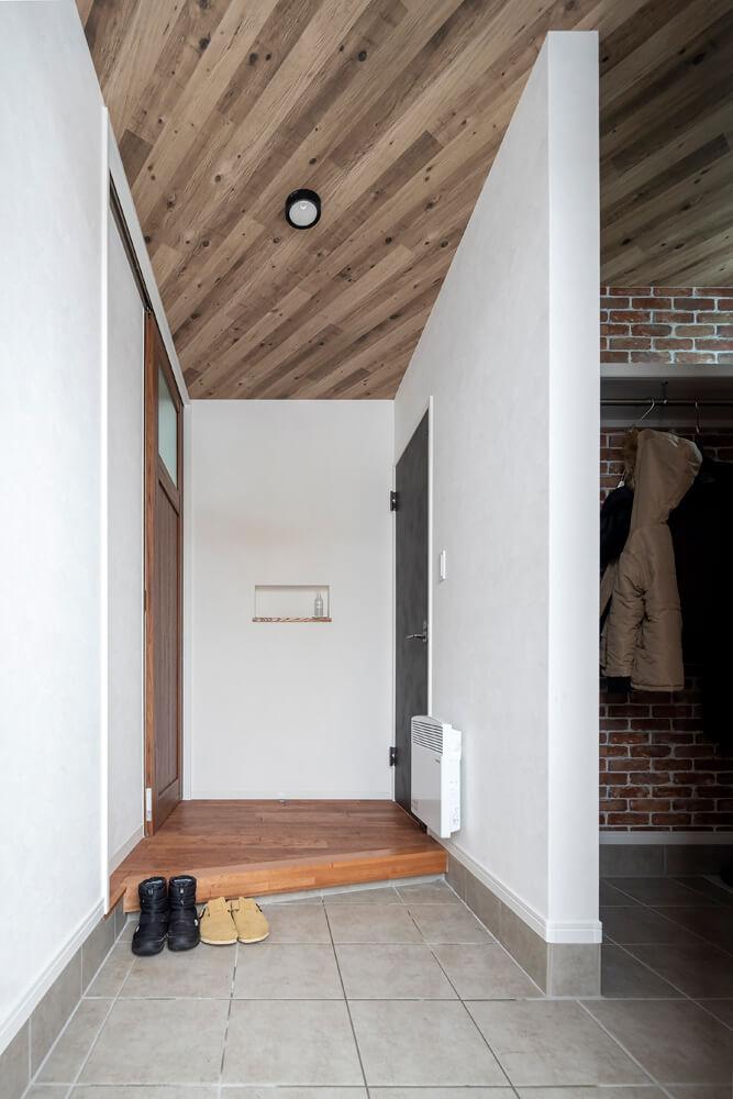 玄関にはアンティークレンガ風のクロスを張ってブルックリンテイストに仕上げた家族用のシューズクローゼットを併設
