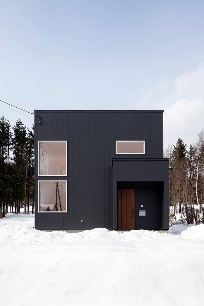 「黒い四角い箱がぽんと建っている感じ」というご主人のイメージ通りの外観に。外壁はガルバリウム鋼板仕上げ