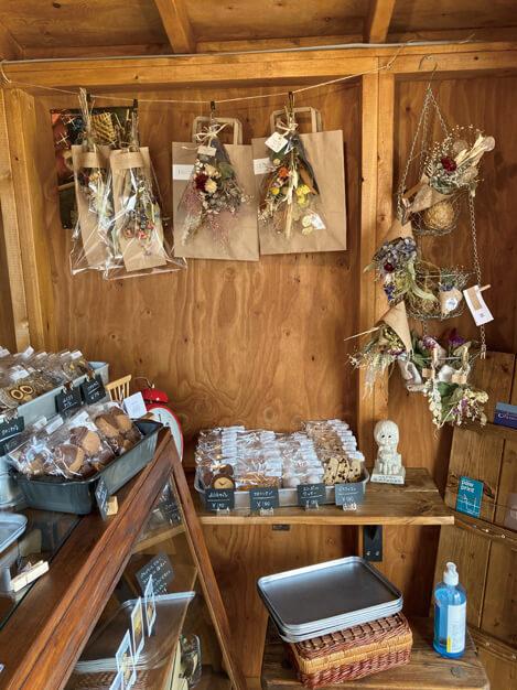 太美のお菓子屋dililiにてドライフラワーをコーディネート。作品の委託販売も行っている