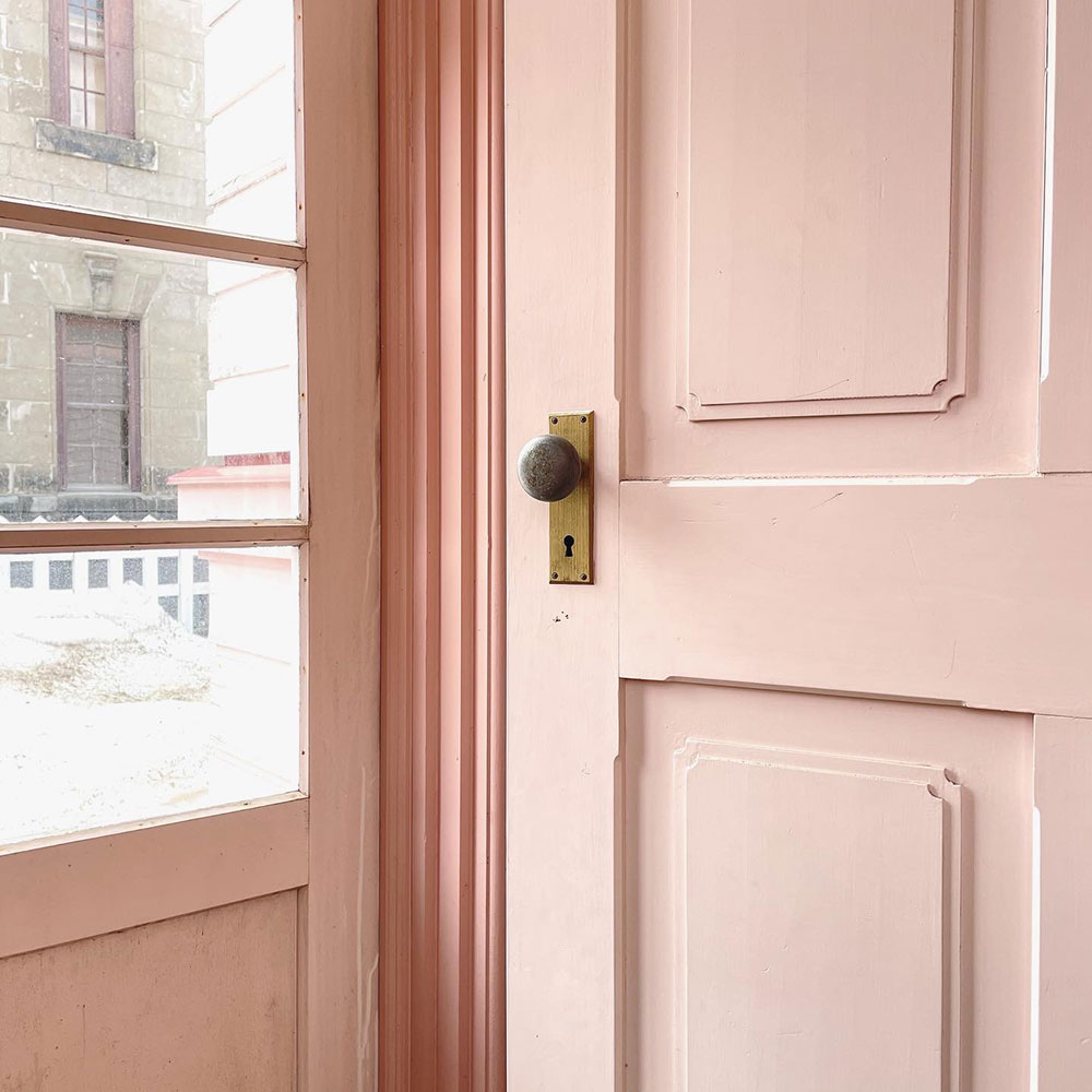 「旧浦河支庁庁舎」。明治期の人たちにとっては、このピンク色が新しい時代を感じさせる色だったのかな、と想像したり