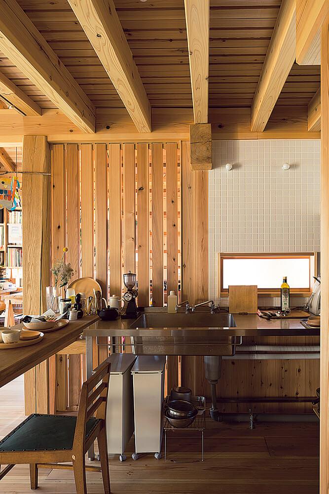収納や機器がほとんどない簡素なステンレスキッチン。そのシンプルさがこの小さな庵にぴったりと合っている
