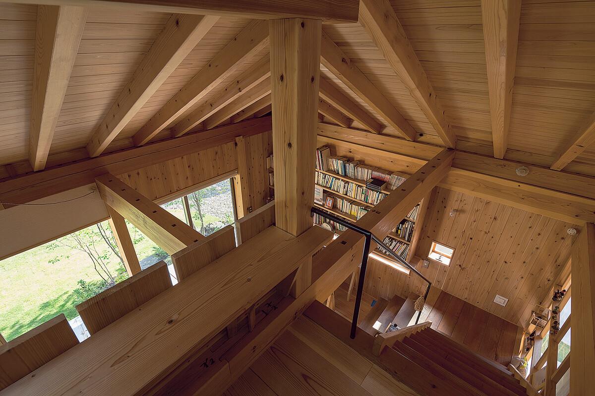 2階の個室は将来子ども部屋として使う予定。空間的にはつながっているが、まるで隠れ家のような楽しい場所。方形屋根の構造がそのまま現しになった天井が見事