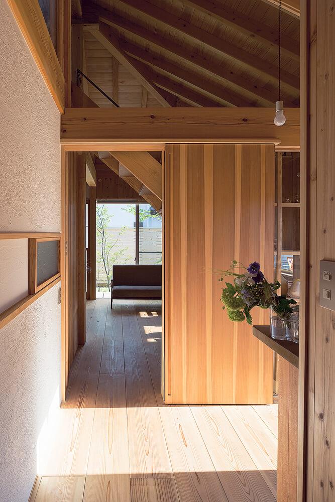 バックヤードから玄関、アトリエ方向を見る。左手の小窓はキッチンへつながっている