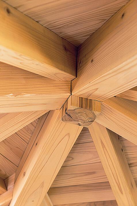 屋根の中心にある真束から放射状に広がる隅木や、金物を使わずに材をつなぐ継ぎ手。棟梁の巧みな技が随所に光る