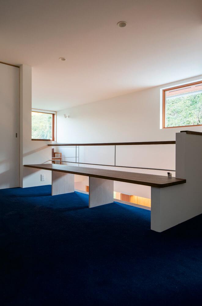 2階ホール。ベンチは床に座れば机としても使える高さ。畳敷きも考えたが通路部分との区分けが必要となることから、カーペットに決定