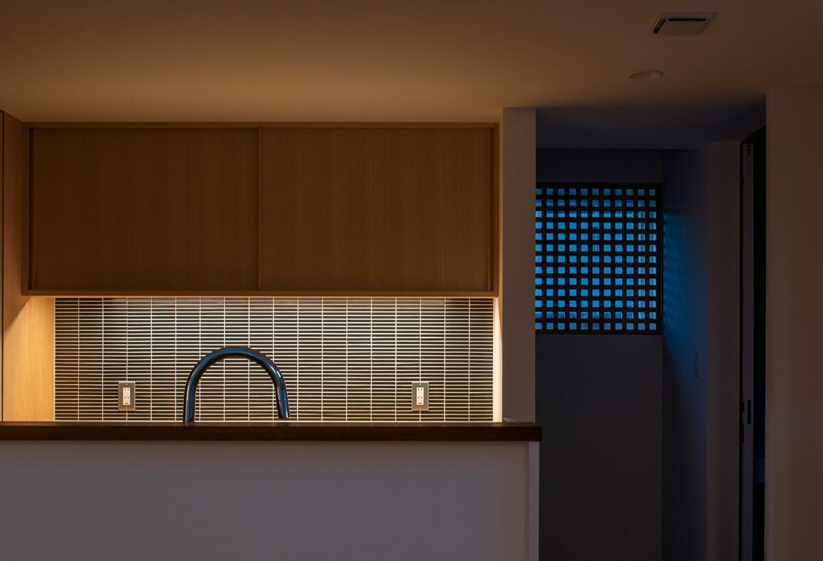 キッチンの前を通って、その背後にある階段で2階へ。北側の窓は、永田格子で目隠し