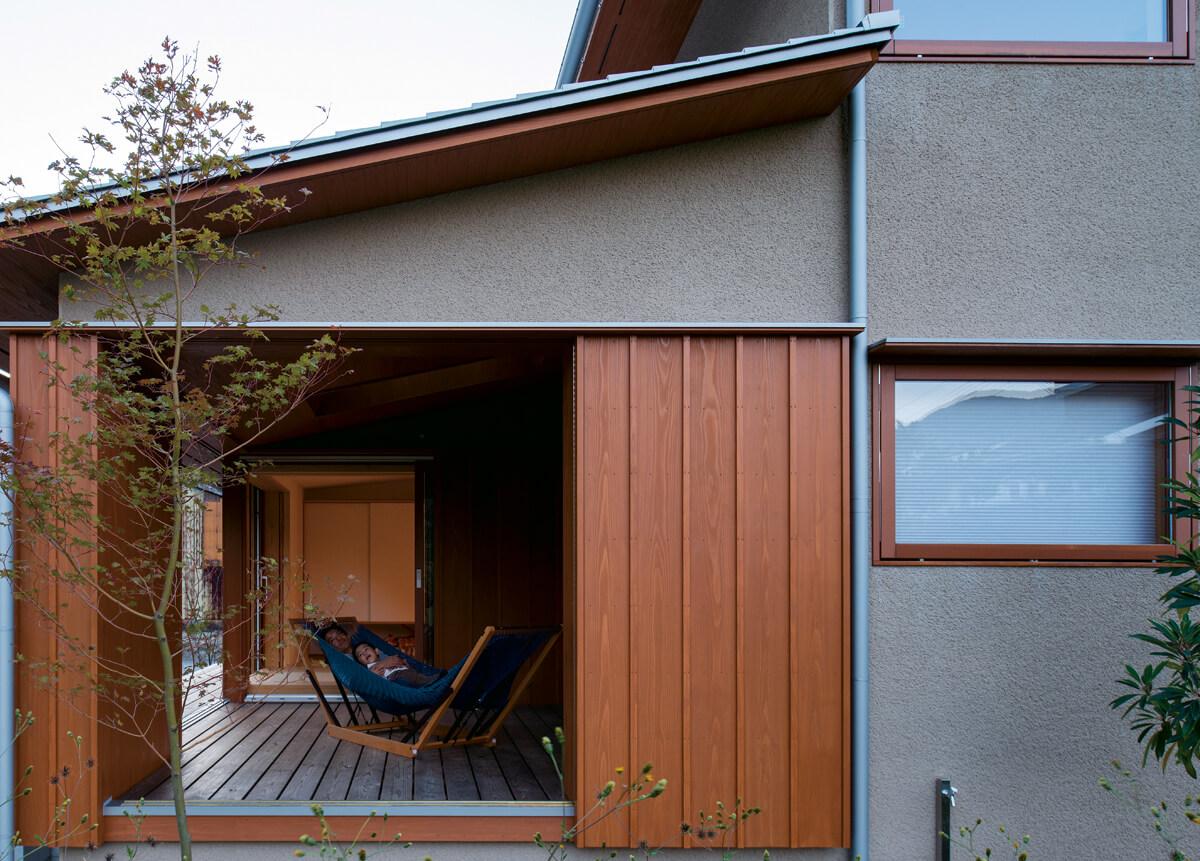 東側から見たウッドデッキ。網付きガラリ戸を開けると、屋内と屋外をつなぐ空間に