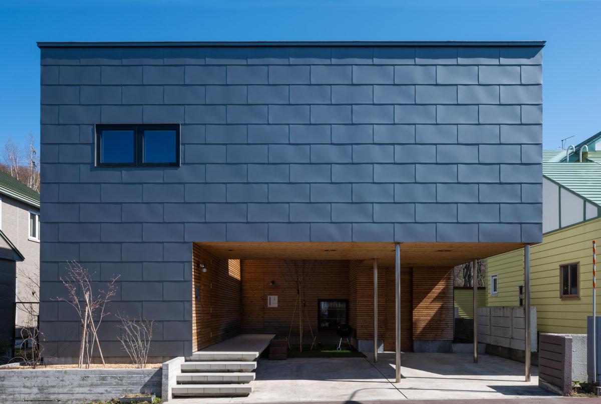 一文字葺きのガルバリウム鋼板の凹凸は柔らかい印象を与える