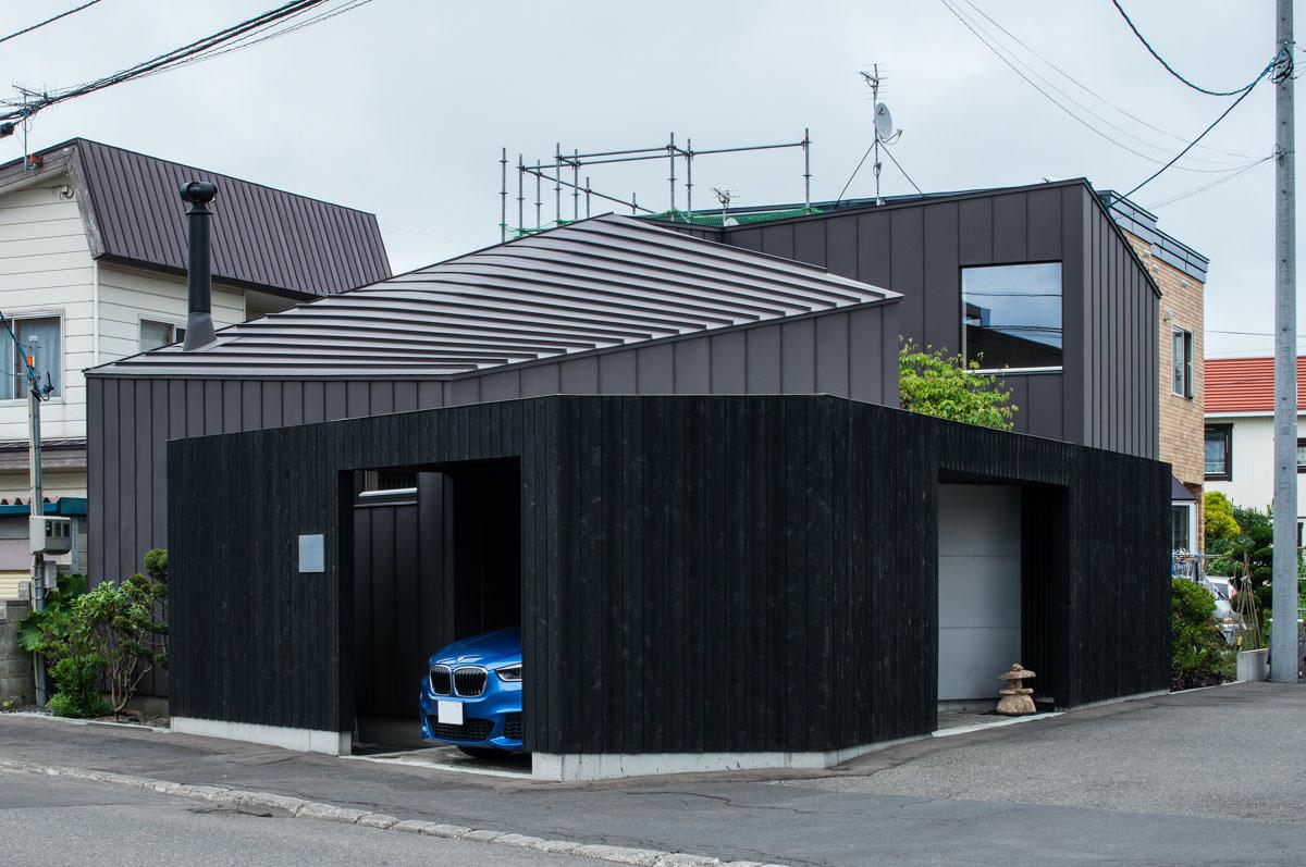 黒塀に囲まれたガルバリウム鋼板の外壁が和モダンな雰囲気を演出