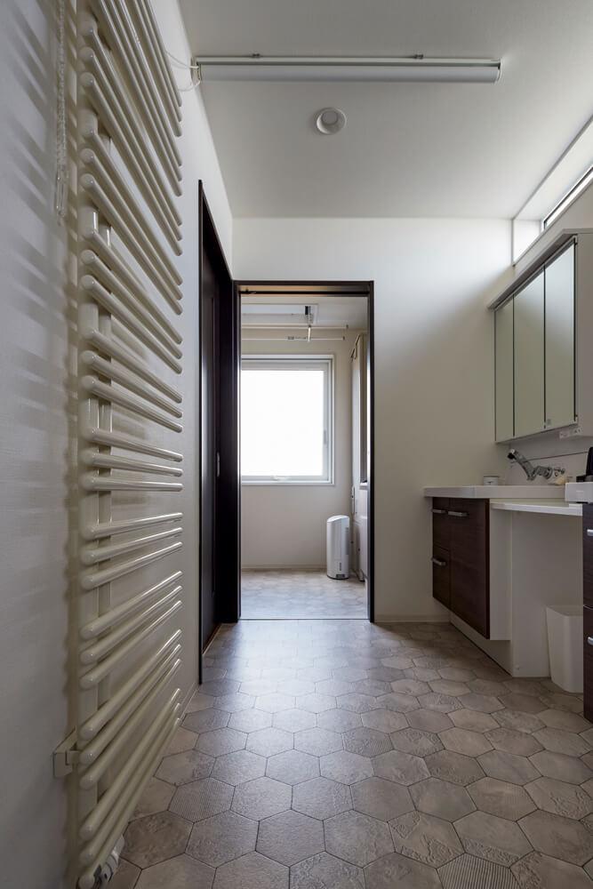 浴室からユーティリティ、サンルームは一直線。サンルームにはタオルやパジャマなども収納できる