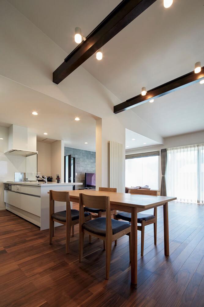 キッチンのライン上にダイニングテーブルを配置。料理を運ぶ手間も考慮されている