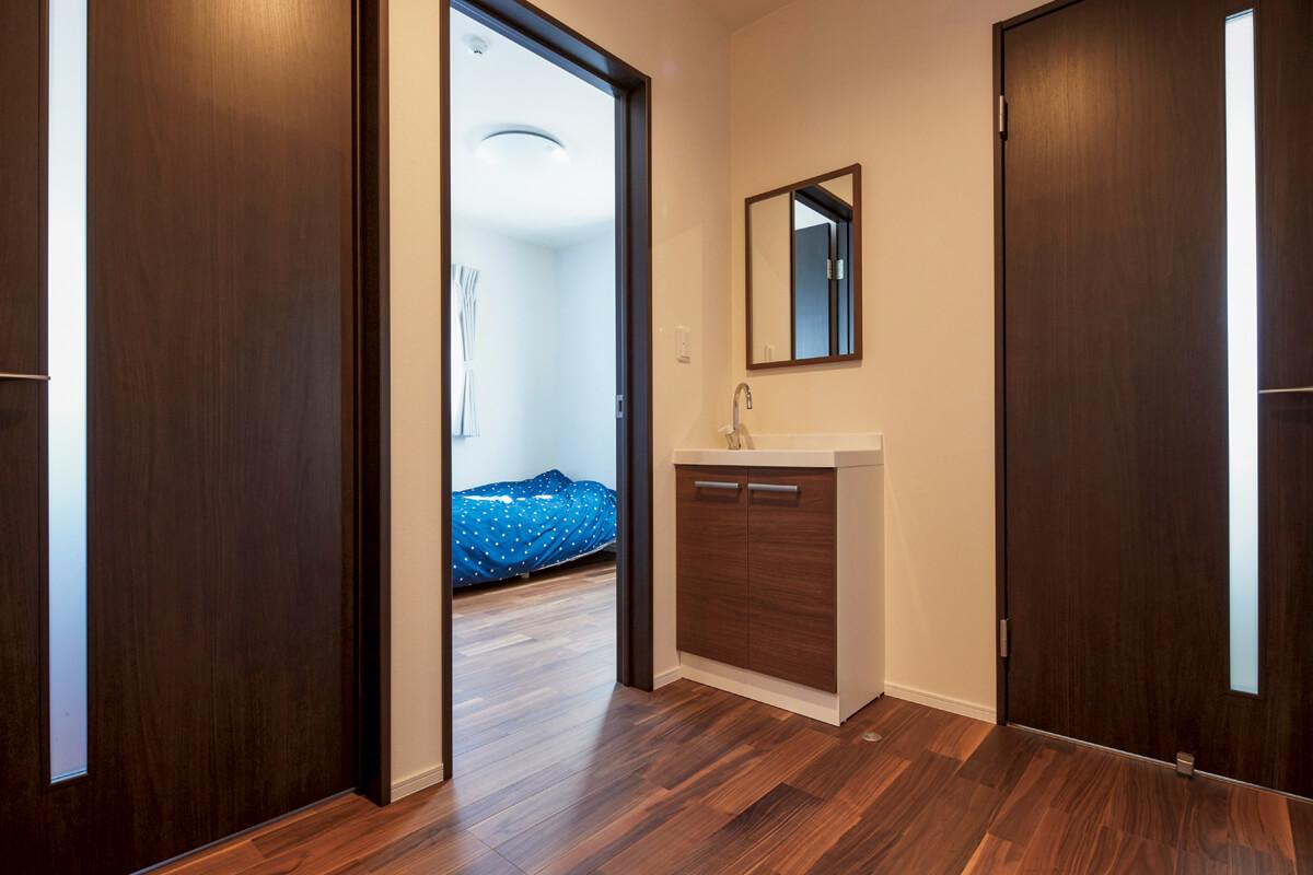 2階にはホールを囲み、4つの子ども部屋が均等に配置されている
