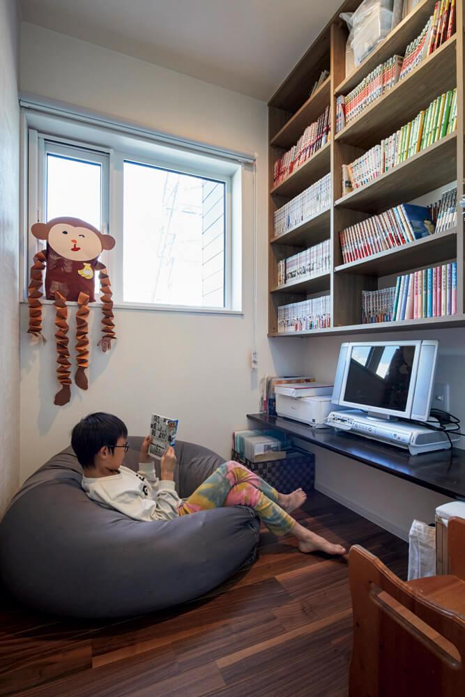 2階に上がる手前の2帖ほどの隠れ家的フリールームは、Mさんの読書スペース