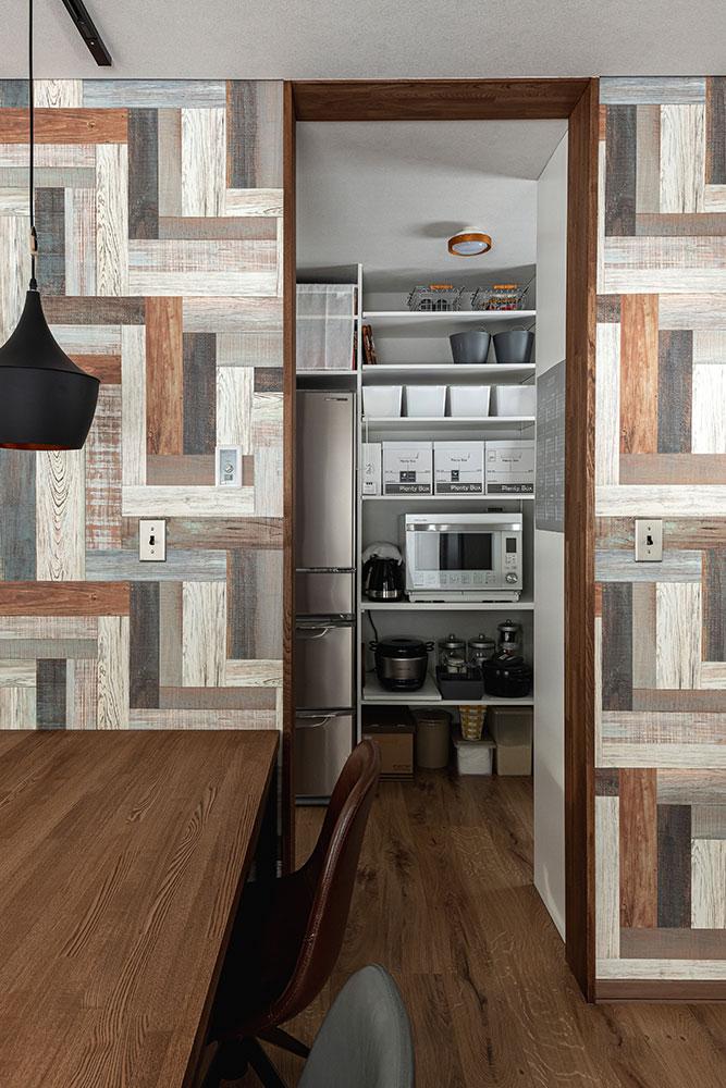 壁付けキッチンの場合は、パントリーにまとめて収納する方法も