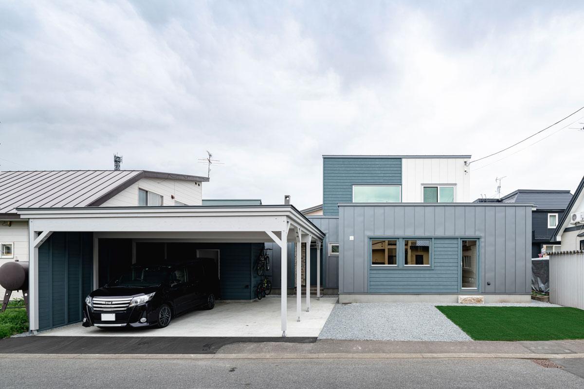 ホワイトとグレーのガルバリウム鋼板とブルーに塗装したスギ板が、カルフルながらも落ち着いた雰囲気