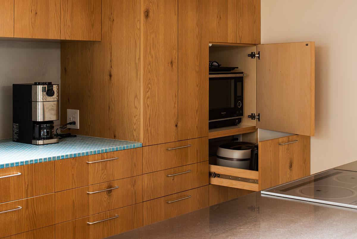 調理中は開けたままにしておきやすい、収納を工夫したキッチンを計画するのも一案