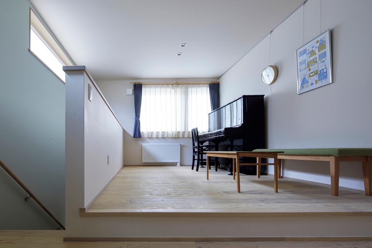 2階ホールはYさん宅のもう一つのリビング。「1階の天井を上げている分、床が高くなっているので、ベンチのように腰を下ろすことができて快適です」とYさん