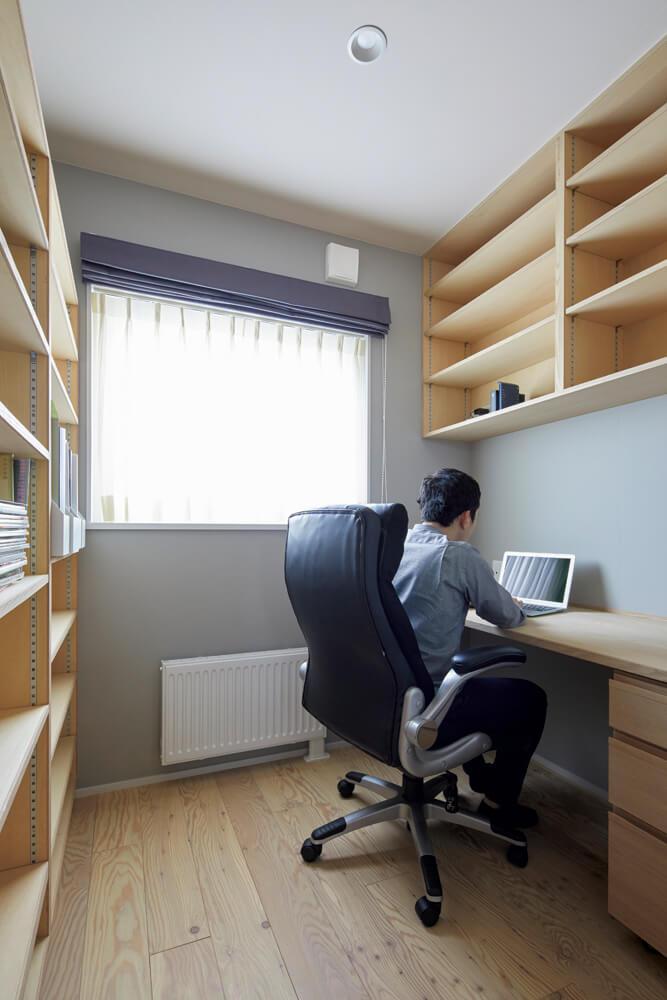 2階の書斎はYさんにとって大切な場所。「仕事の勉強や読書で毎日利用しています。こもり感があり、とても落ち着くんです」