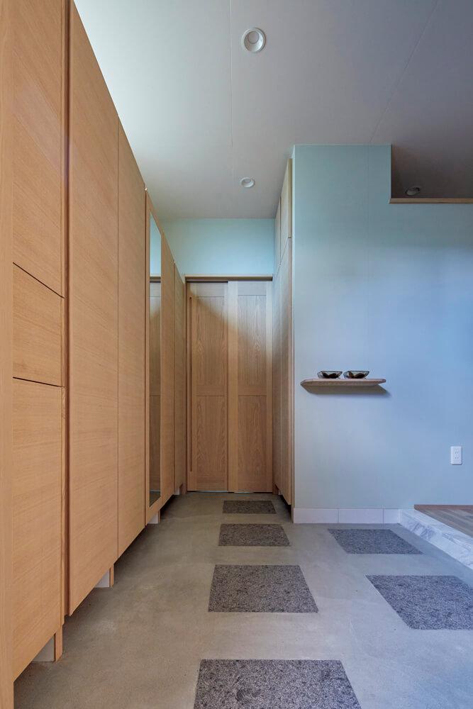 収納も充実しているゆったりとした玄関