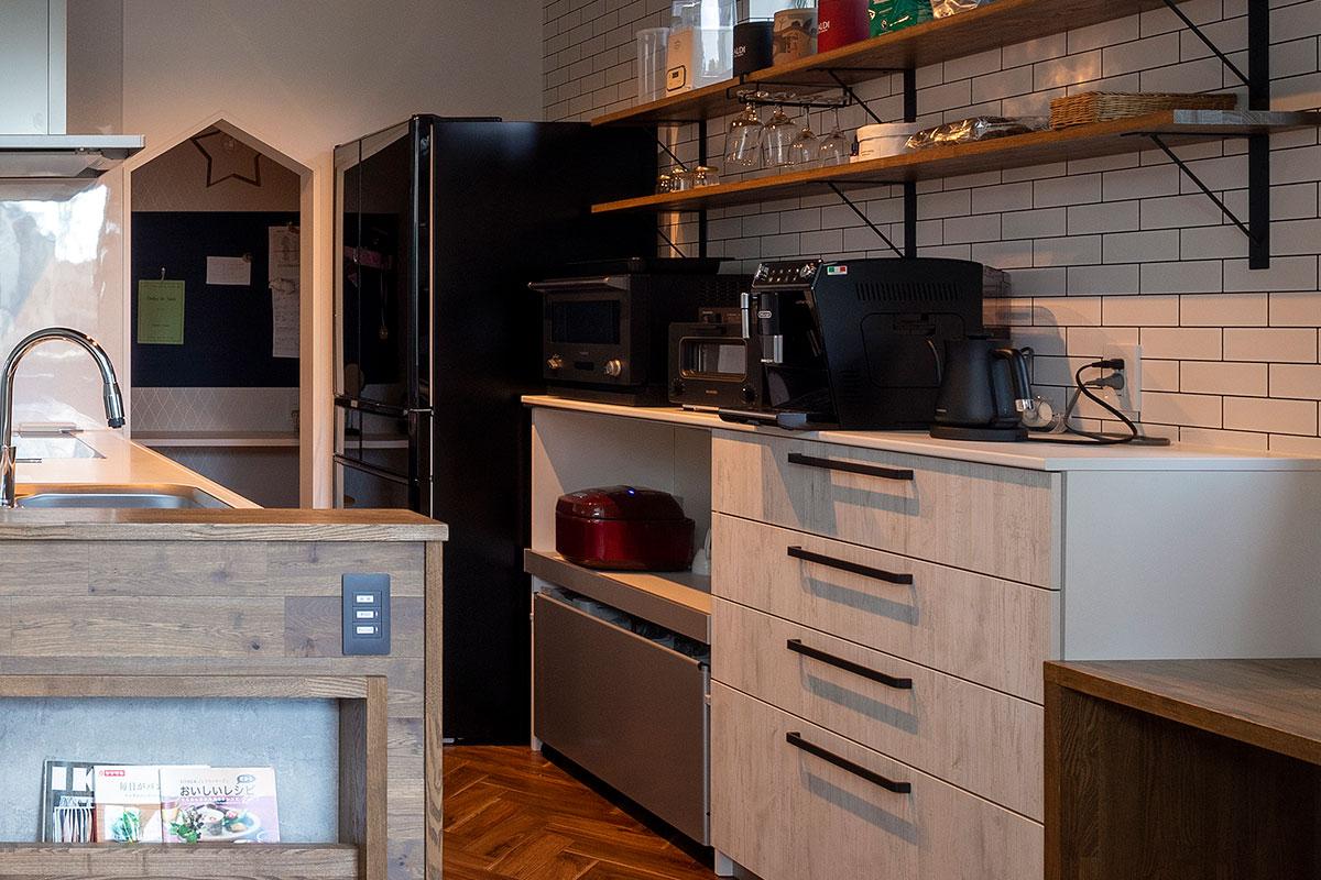電子レンジ、トースター、エスプレッソマシン、電気ポット、炊飯器を対面キッチンの背面にまとめて収納