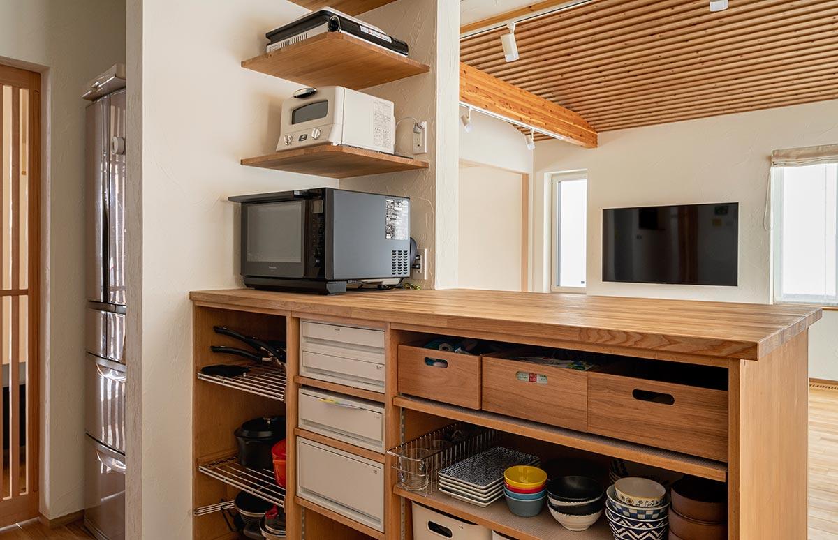 あらかじめキッチン家電の置き場所を決めて棚をつくり、専用のコンセントも設けた例。使い勝手がよく、掃除もしやすい