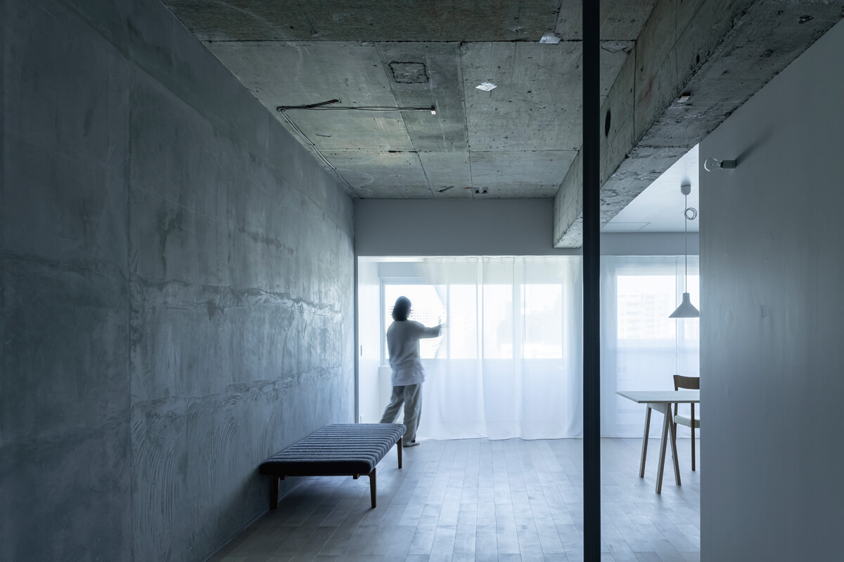 サンルームがあることで室内は歪な形をしていたが、ワイドなカーテンでやわらかく仕切ることで空間を整えた