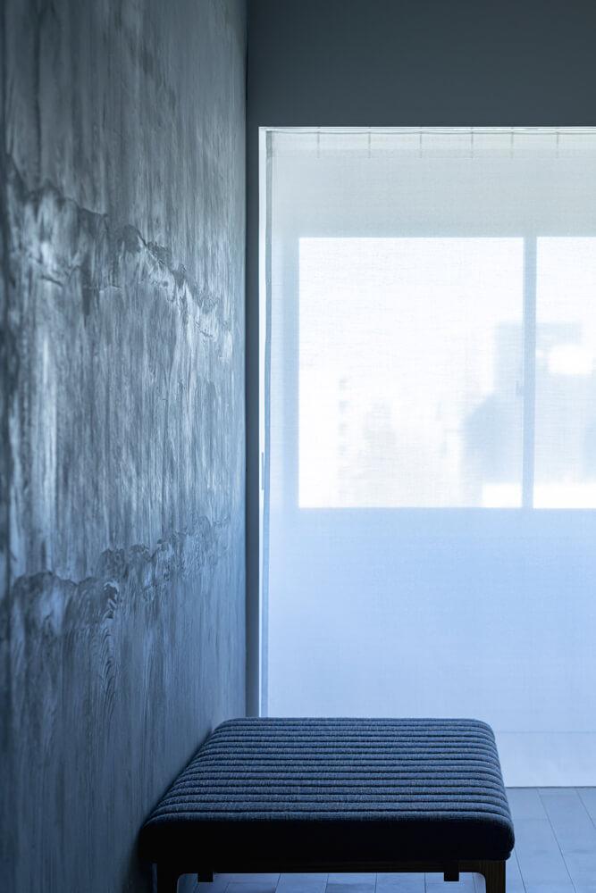 東からのやわらかな光が、無機質なコンクリートの壁に印象的な陰影をもたらす