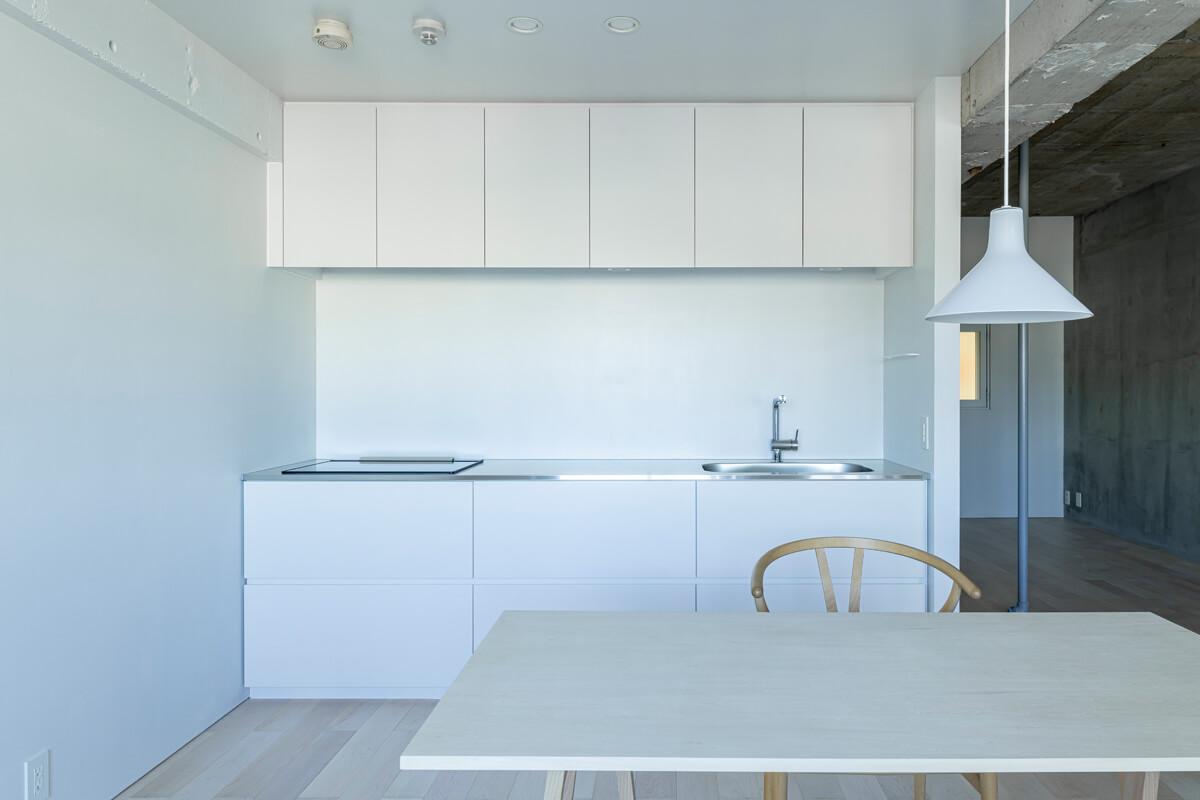 造作キッチンは白い塗り壁との相性もぴったり