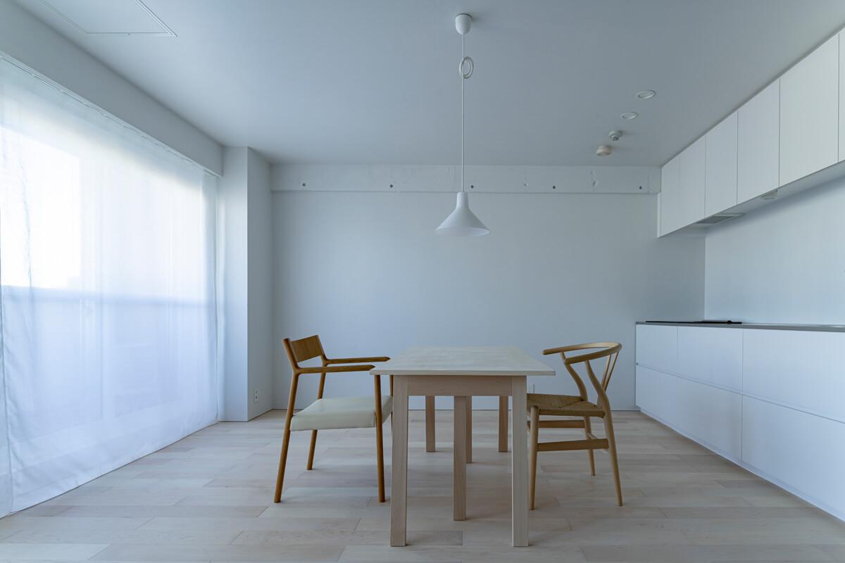 キッチンとテーブルを設けたこの白い空間も、住み手によってはリビングになったり、仕事場になったり