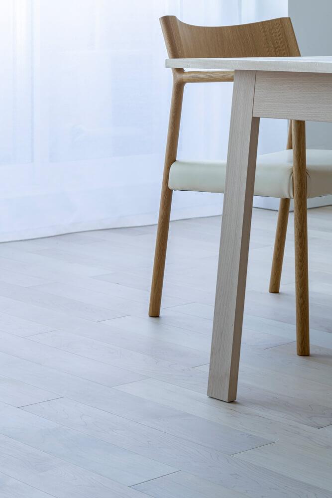 床はメープルの無垢材を採用。自然塗料を施したうっすら白い色合いと、足触りの良い質感が魅力
