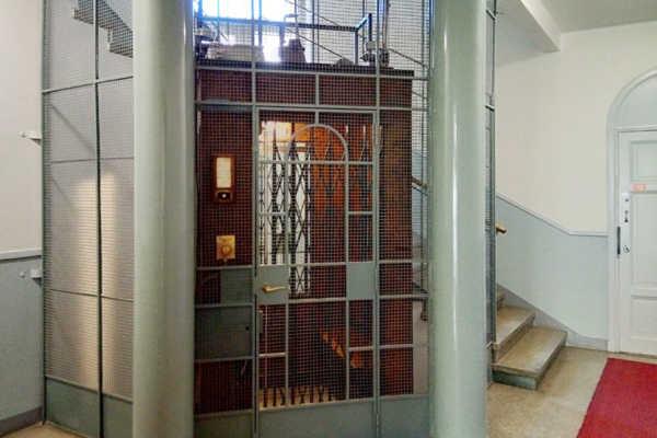 今も現役。1930年代マンションのレトロなエレベーター