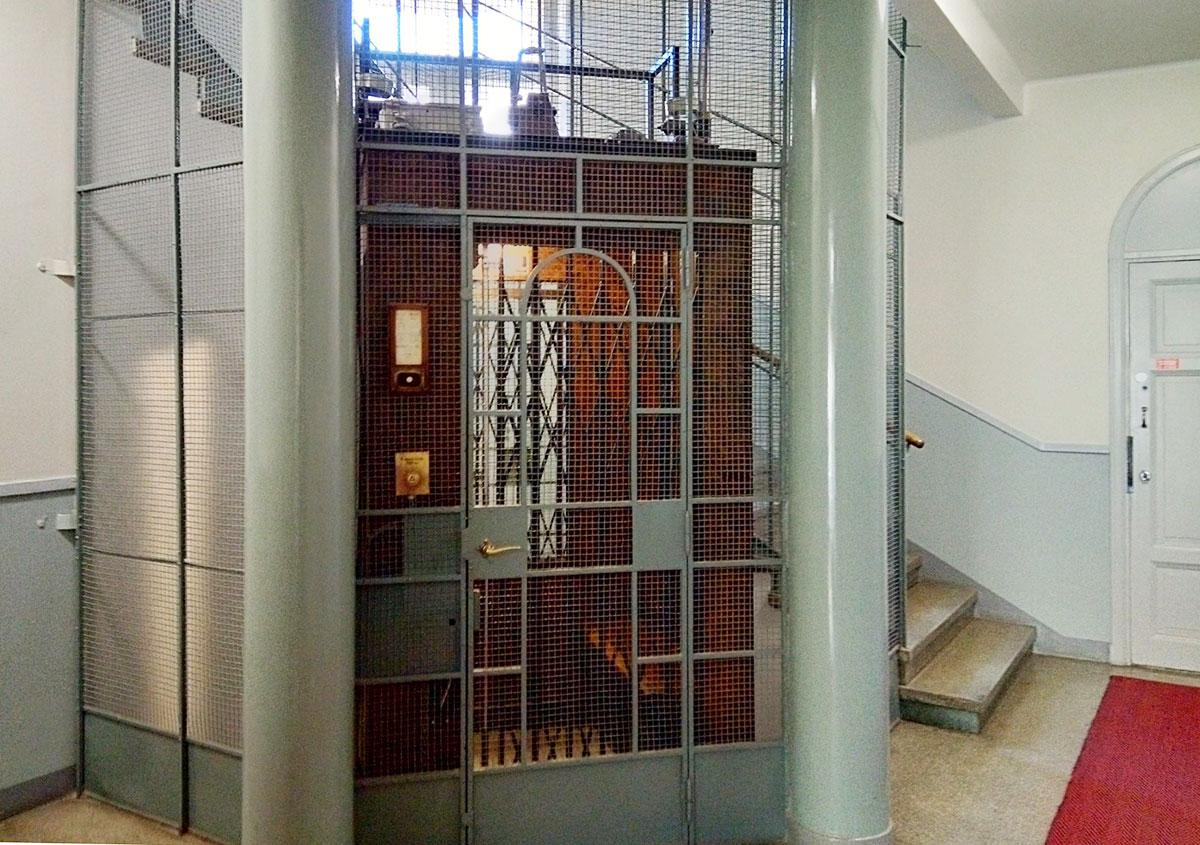 レトロな雰囲気で、映画にでも出てきそうなデザインのエレベーター