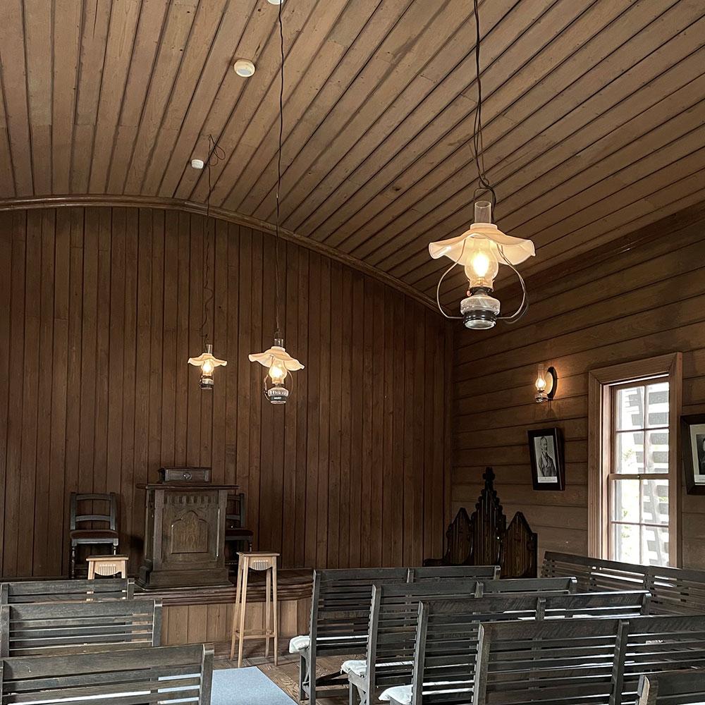 明治27年(1894年)に建てられた「旧浦河公会会堂」は、木張り内装仕上げのアーチ型の空間に浮かぶランプが素敵
