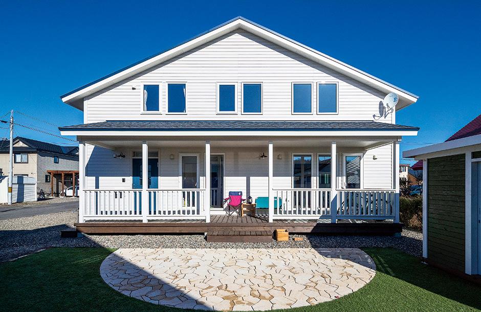 木製パネルを白く塗装し、カリフォルニア風に仕上げた外観。外構と庭も外観の雰囲気に合わせた