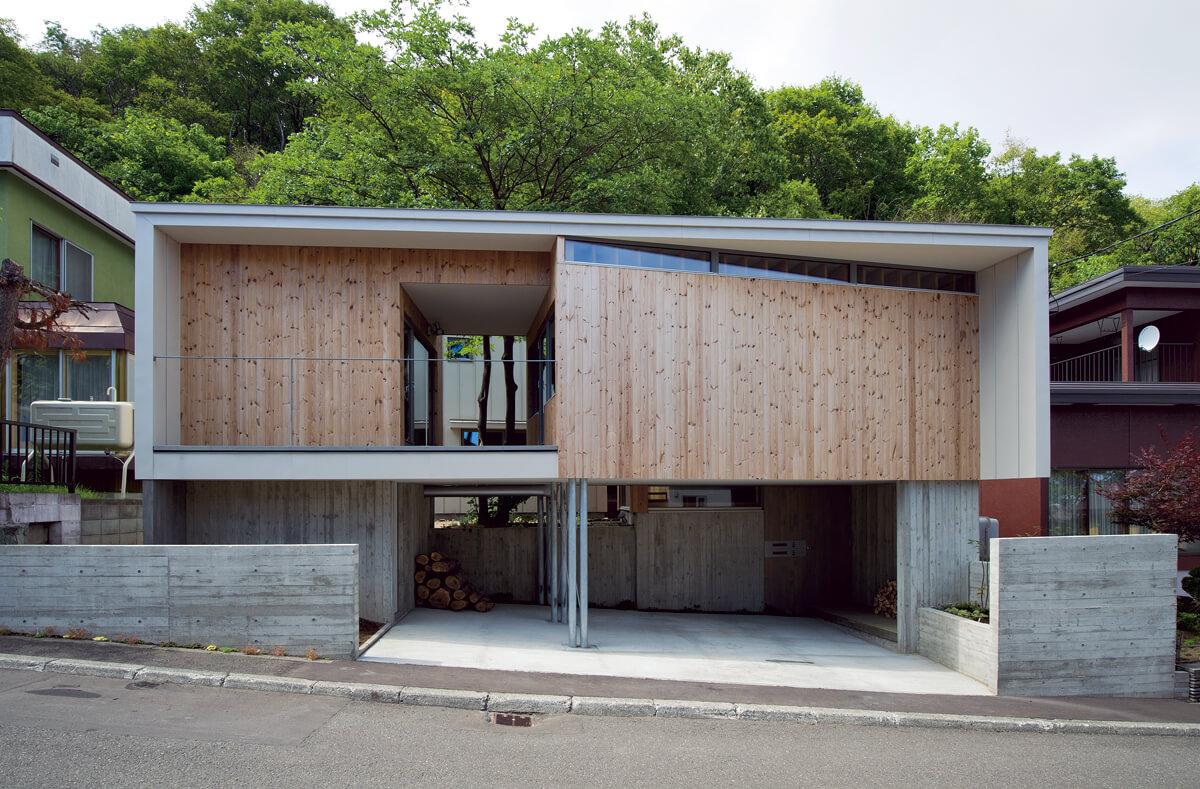2階の建物の隙間、屋根の上からイヌエンジュの木がのぞき、地域の人たちにその存在を伝える。枝葉は屋根に陰をつくるので、日射熱が建物に与える影響を軽減できるという側面も