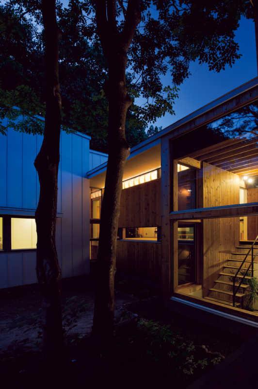 中庭の夕景。家族同士のつながり、家と地域のつながり をつくるイヌエンジュの家