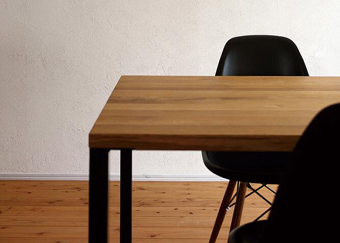 テーブルとチェアの高さのバランスが、快適なダイニングセットには不可欠