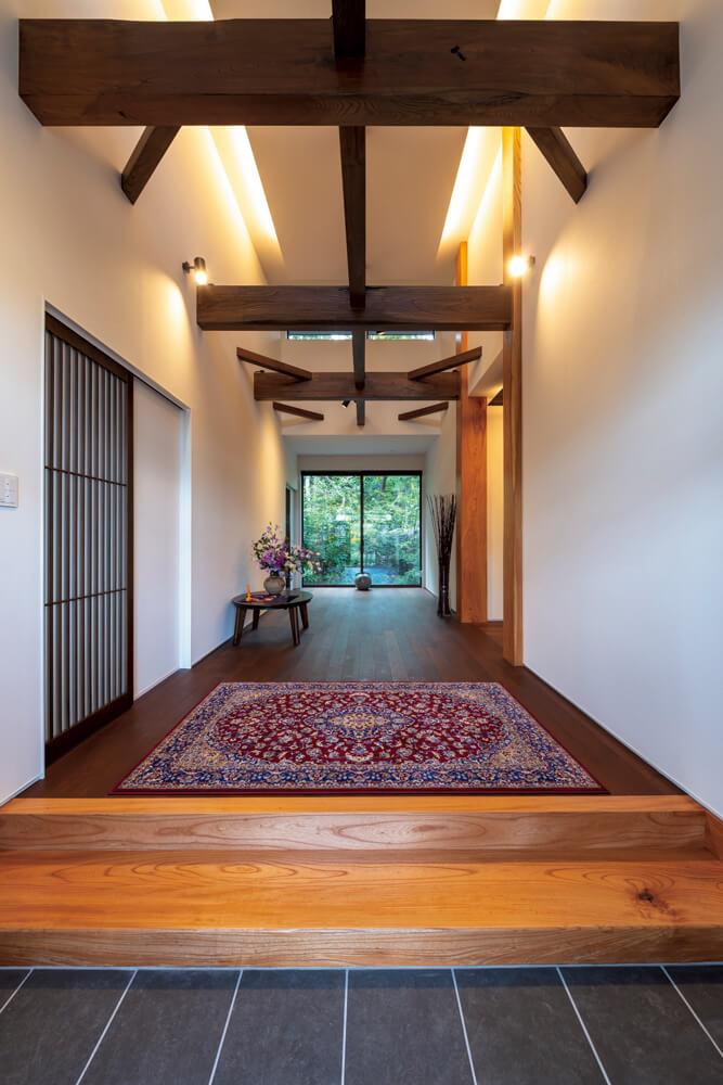 圧巻の玄関ホール。Nさんが用意したケヤキは梁や柱のほか、式台や 和室にも使われている