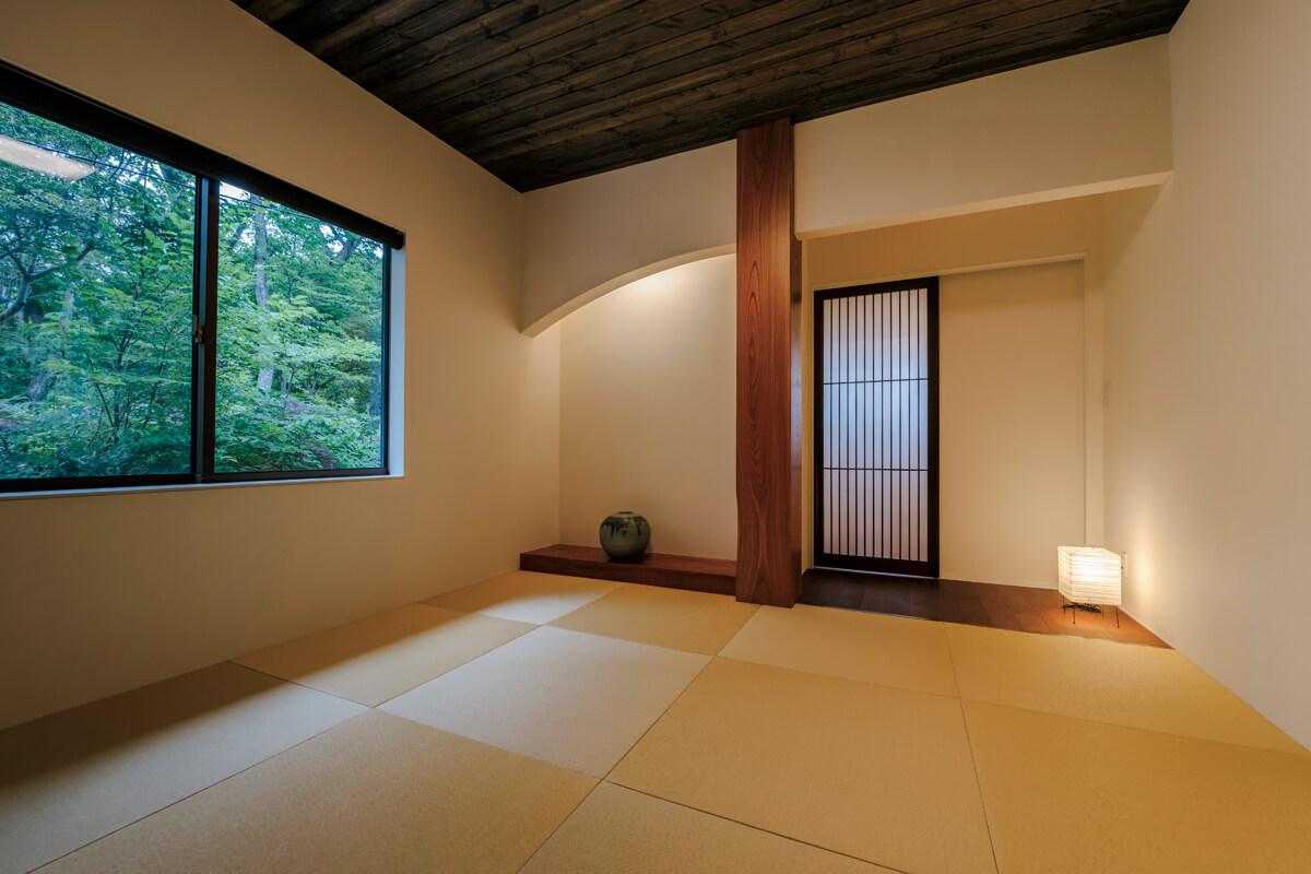 和室の設えも床の間風の板敷きにアールの垂れ壁を施すなど、細かな工 夫が