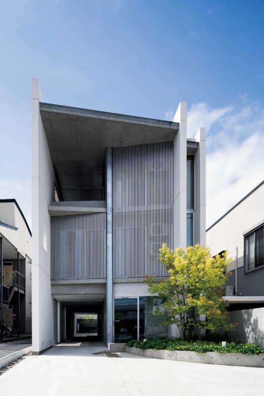 シャープなラインがひときわ目を引く壁式RC造・3階建て。1階は店舗と事務所、2階と3階が住居で構成されている。歴史的街区内の 建物であることに配慮してデザインされた正面の縦格子が建築の意匠性を高め、町屋のような佇まいをもたらしている