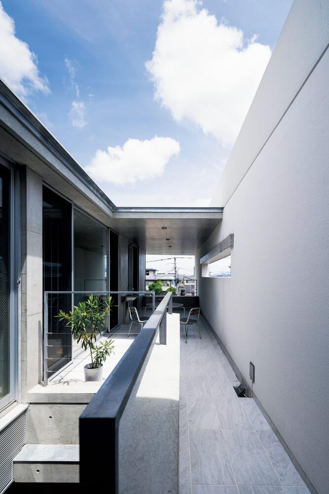 建物の細長い形状を利用してデザインさ れた広いテラス。部分的に屋根もあるので、季 節や天候を問わず多目的に使いやすい