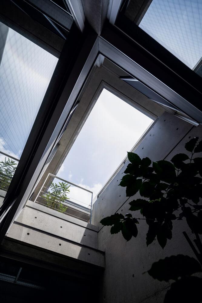 1階から空まで抜けた中庭は、建物全体が呼吸できるようにと設けた快適な 暮らしのための仕掛け。細長い建物の中にあって、中心部分に光をもたらす効果も