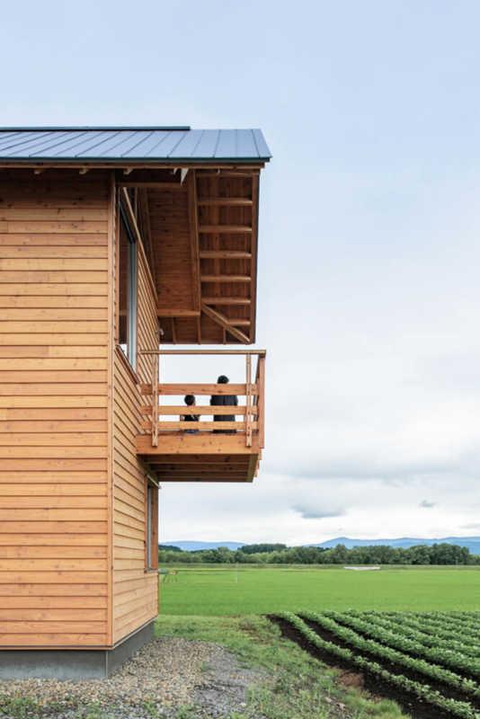 空中にせり出すような浮遊感が特徴的な2階テラスは、田んぼを渡ってくる風を感 じながら眺望をひとり占めできる特別な場所