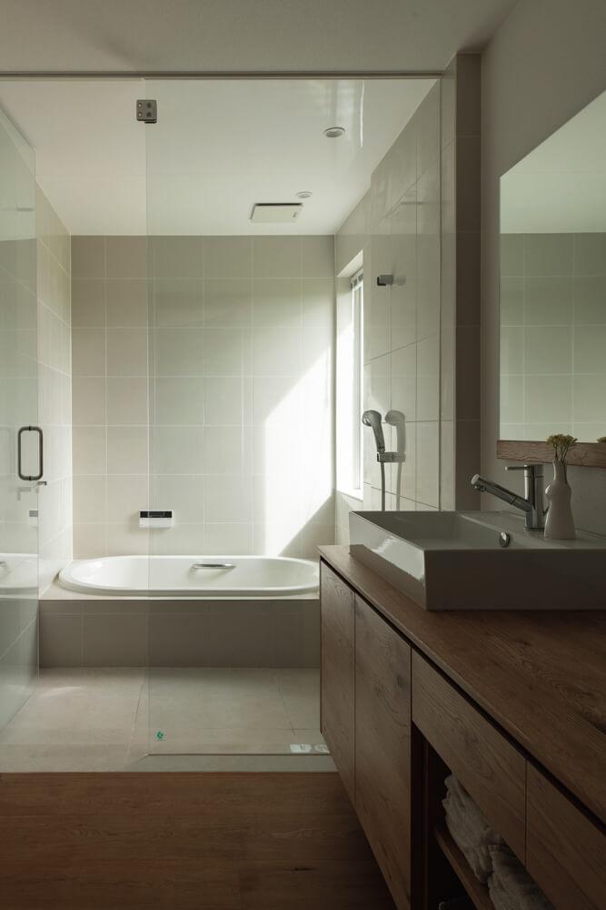 寝室のすぐ隣に洗面室と浴室を配置。洗濯機置き場を別の場所にすることで すっきりとした空間になり、来客時も気兼ねなく使ってもらいやすい