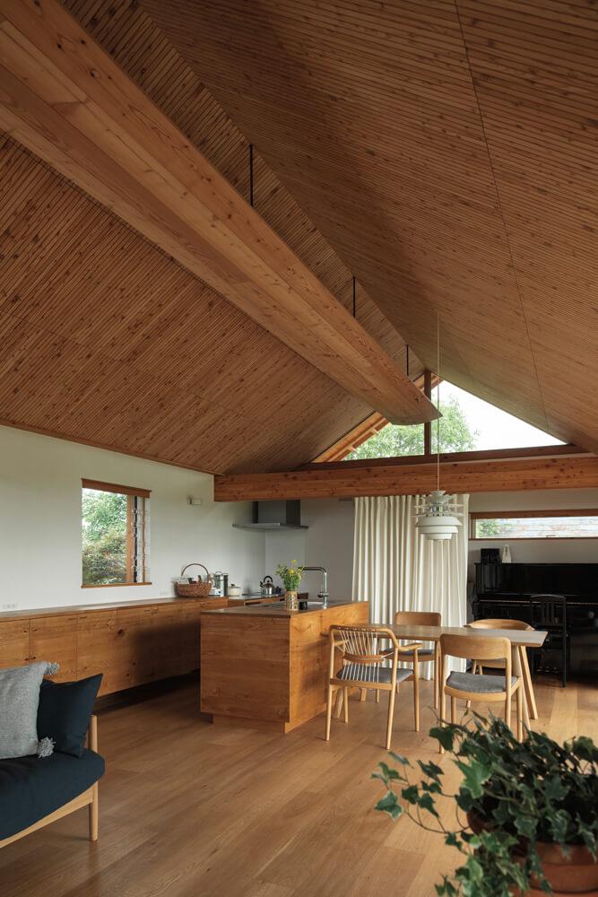 造作のキッチンと壁面収納に、家具の産地らしい職人技が光る。ダイニングテーブルをはじめとする家具は、 Oさんが勤める家具会社のもの。LDK空間にあつらえたように馴染んでいる