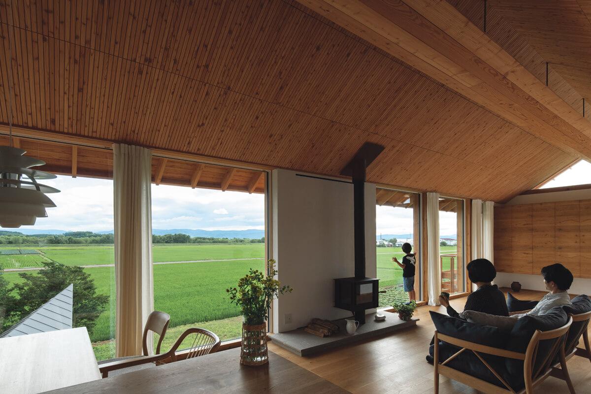 木造折板構造の屋根が、無柱無梁で広がりの あるワンルーム空間を実現。窓越しの大パノラマは、 時間や季節の移り変わりとともに彩り豊かな表情を ご家族に見せる